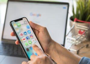 hombre mirando celular campañas en Google ads