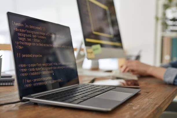 hombre programando un desarrollo web a la medida en colombia